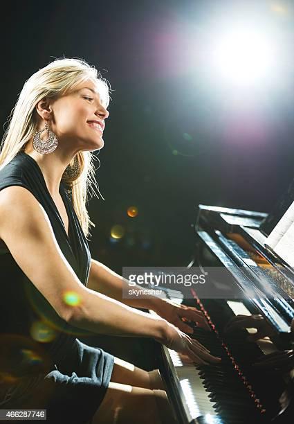 笑顔の女性のピアニストます。