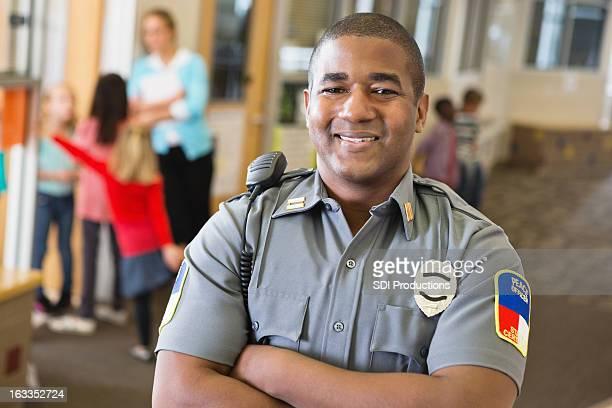 Lächelnd freundlich Polizist mit Sicherheit auf school campus