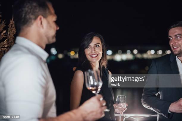 Des amis souriants sur la terrasse sont ayant une partie