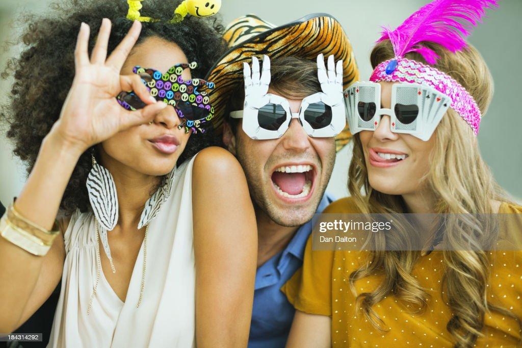 Souriant amis portant des lunettes : Photo