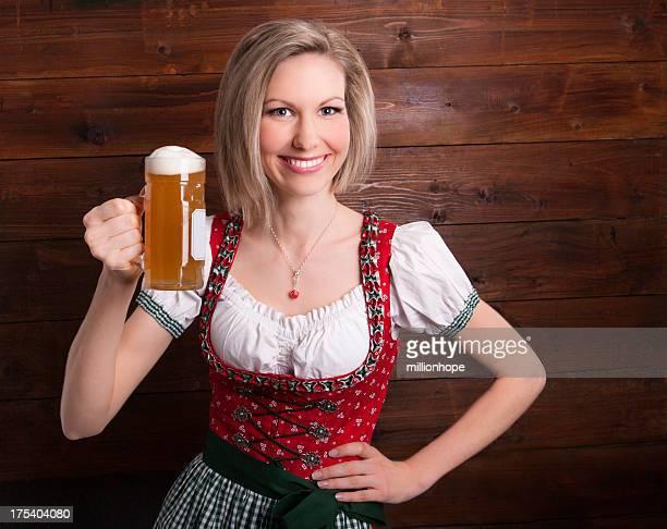 Lächelnd Mädchen holding glas Bier