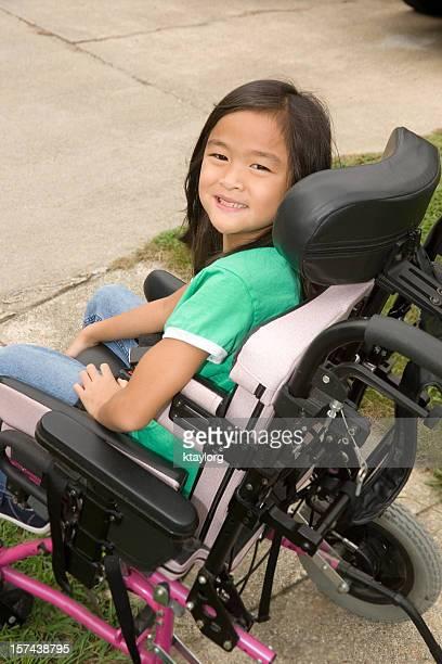 Ragazza guardando indietro dalla sedia a rotelle