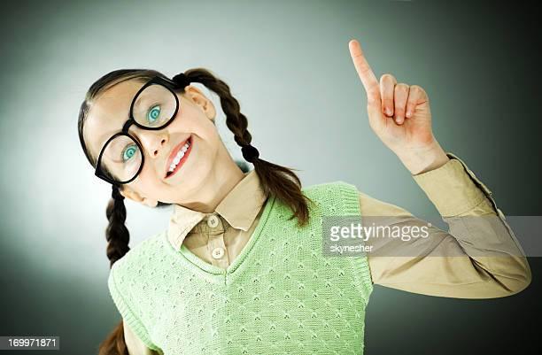 Lächelnd Mädchen nerd Blick in die Kamera.