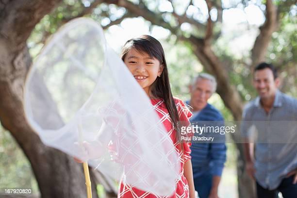 笑顔の女の子が、虫取り網