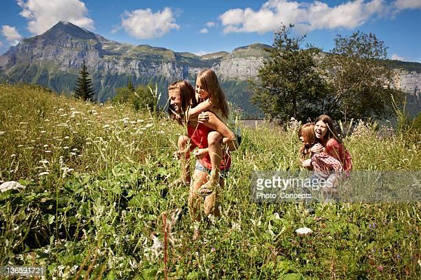 Souriant filles jouant en Grande plante herbacée