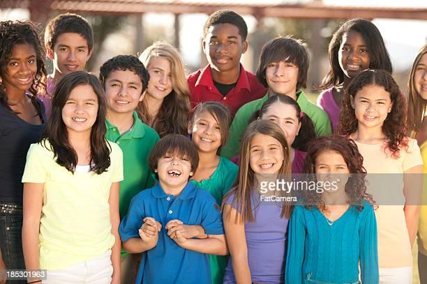 Souriant groupe de divers enfants