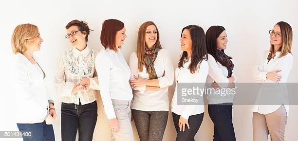 Souriant groupe de femmes d'affaires réussi