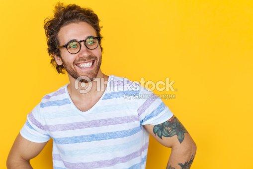 Souriant bel homme posant sur jaune : Photo