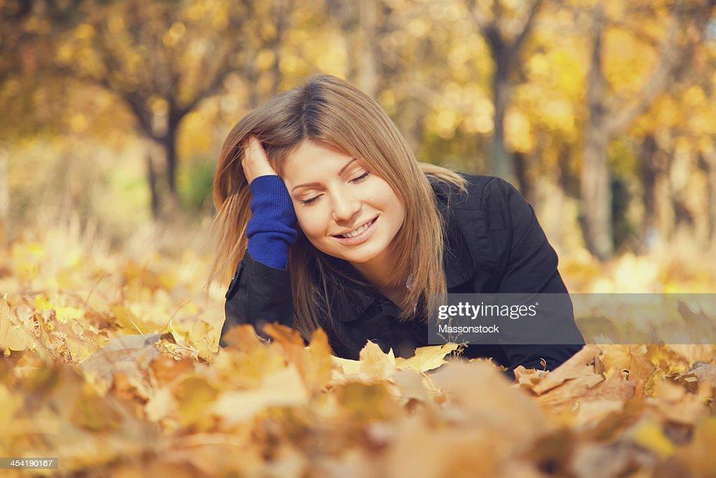 Lächelndes glückliches Mädchen im Herbst park. : Stock-Foto
