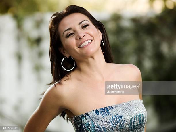 Lächelnde hispanic forty etwas Frau