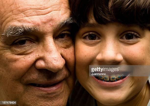Souriant hispanique grand-père et le petit-fils gros plan