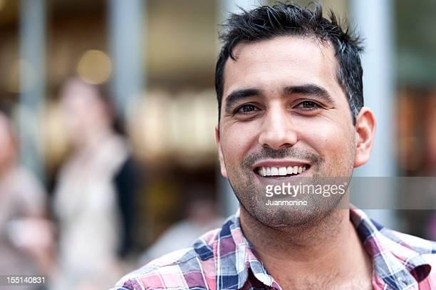 Sonriente hombre hispano