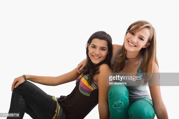 Souriant hispanique sisters près du corps