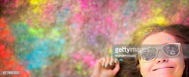 Lächelnd Holi Festival Mädchen mit bunten Textfreiraum