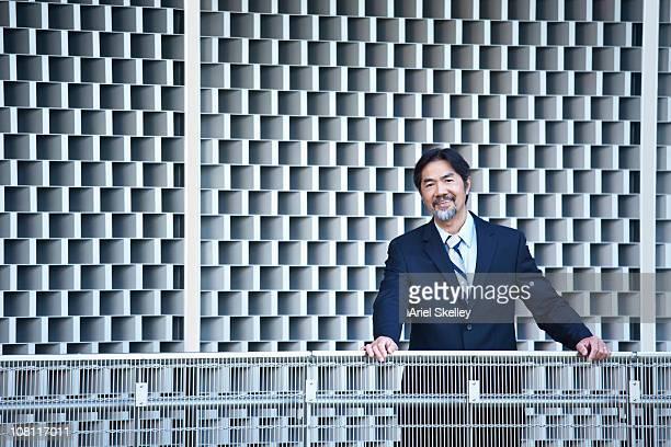 笑顔日本のビジネスマンに立つ;落下防止柵