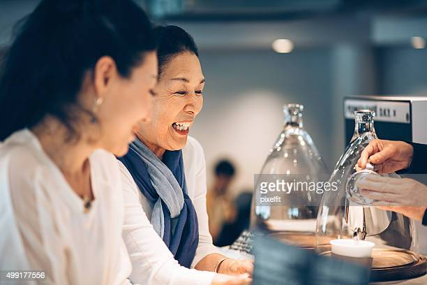 笑顔の女性のコーヒーショップ