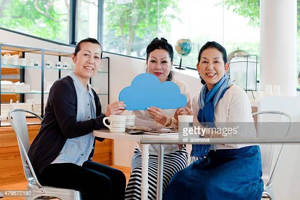 笑顔の女性とクラウドコンピューティングのコンセプトのカフェ、東京のます。