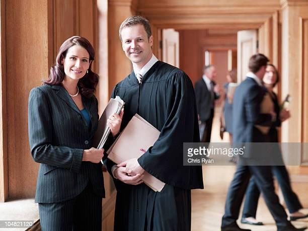 Souriant juge et avocat dans le couloir