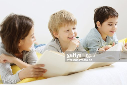 Smiling kids with books : Stockfoto