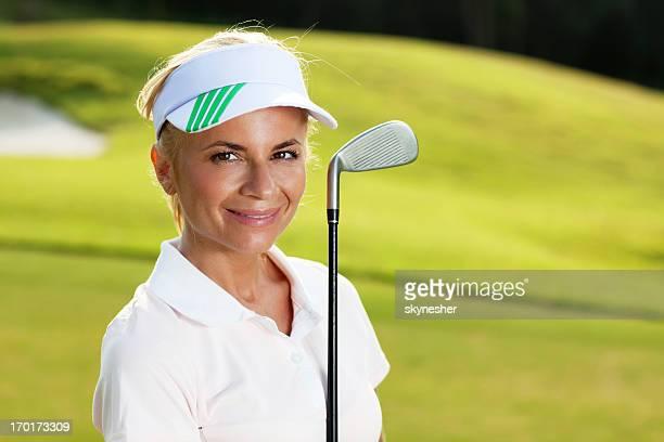 笑顔の女性ゴルファーとのゴルフクラブ。