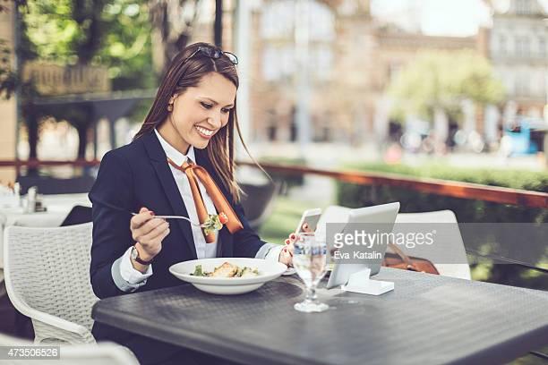 Lächelnd lateinischen Geschäftsfrau ist SMS