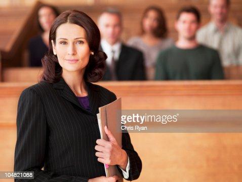 笑顔弁護士保持ファイルに法廷