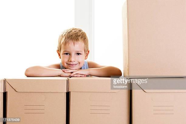 Lächelnd kleiner Junge mit Boxen