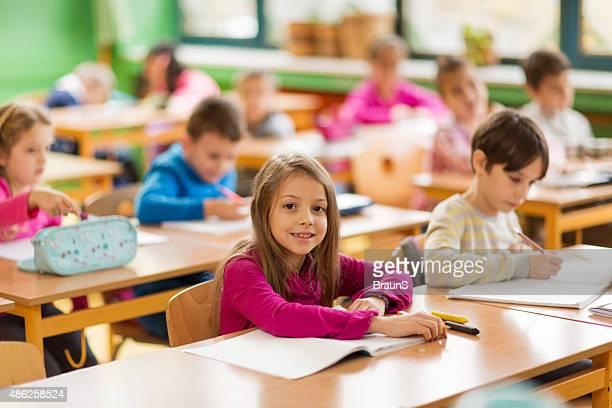 Lächelnd kleiner Junge auf einer Klasse in der Schule haben.