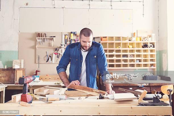 Lächelnd Männlich Tischler in einer Konstruktion Workshop