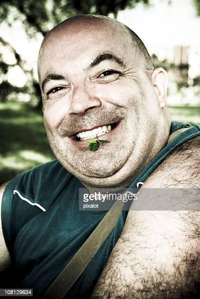 Sorridente segurando Trevo de quatro folhas entre os Dentes