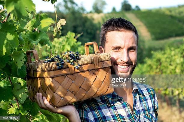 Homme souriant dans les vignobles