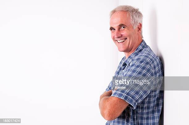 Sorridente Inclinar-se na parede