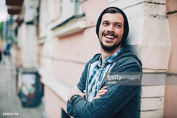 Homme souriant scène urbaine