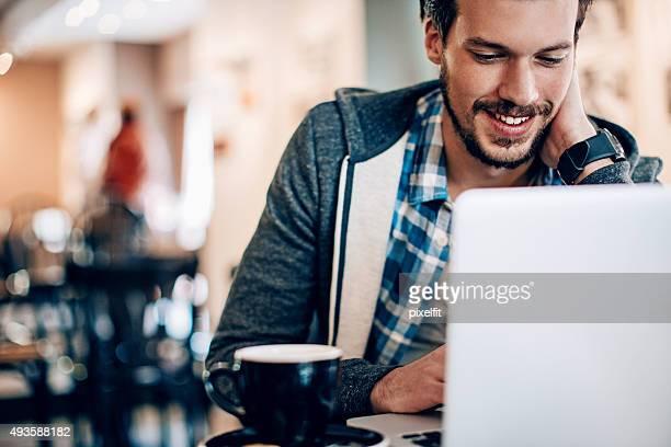 Lächelnden Mannes mit computer