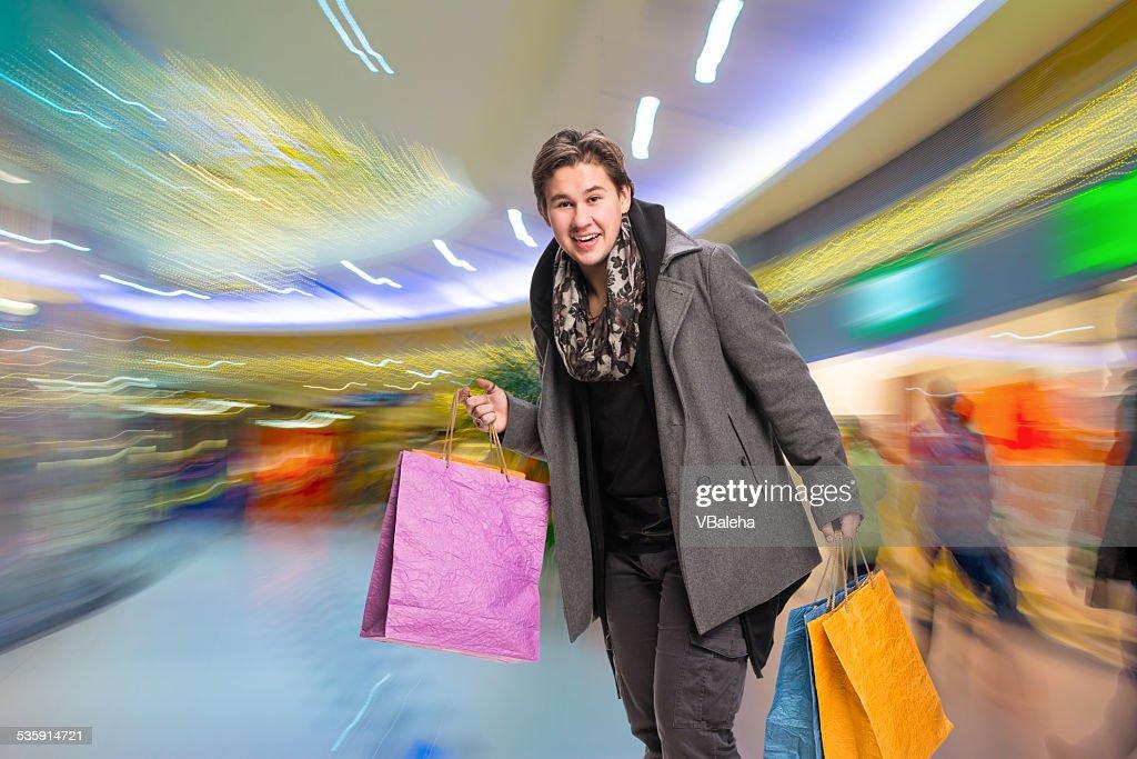 Hombre sonriente con bolsas de la compra : Foto de stock