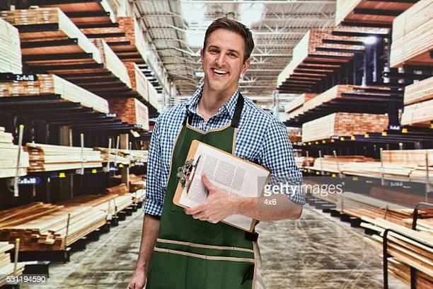 Sonriendo Gerente en almacén