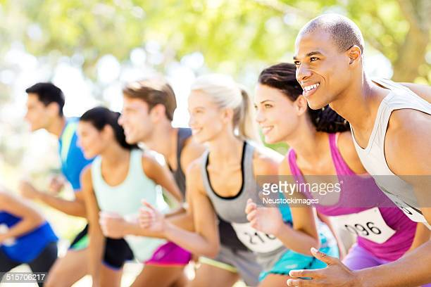 Lächeln Marathon-Läufer auf der Startlinie