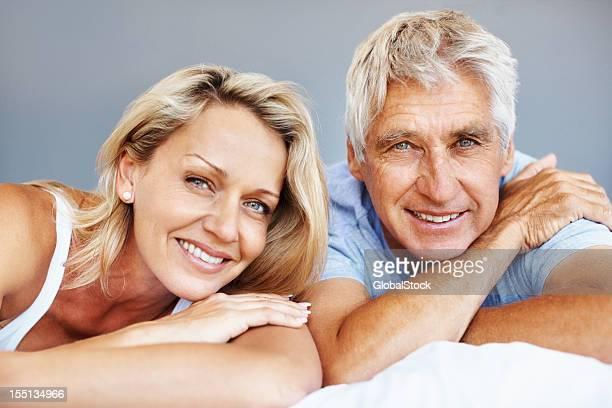 Lächelnd Älteres Paar entspannenden im Bett