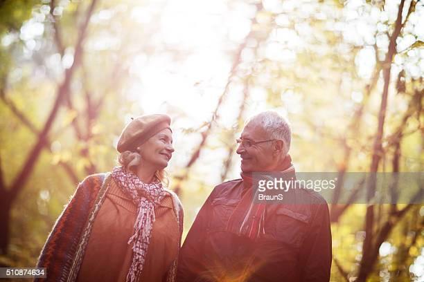 Souriant mature couple parler les uns aux autres dans la nature.