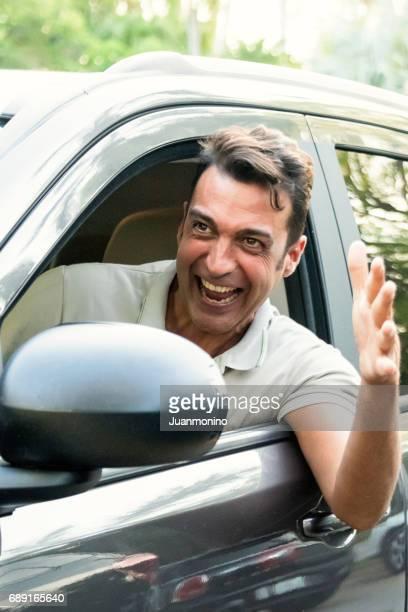 Reifen Mann mit seinem Auto lächelnd