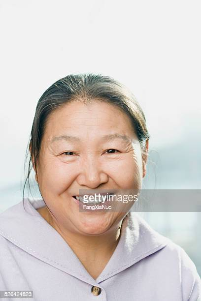 Souriant femme d'âge mûr