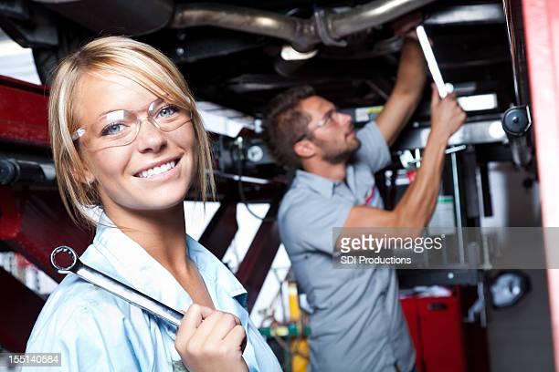 Lächelnd Mechaniker in einer auto-shop