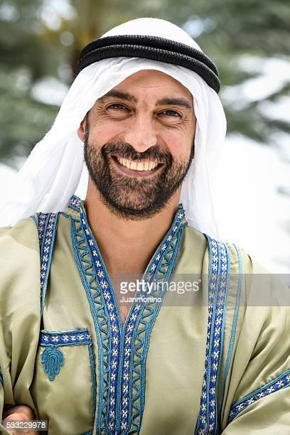 Homme souriant au Moyen-Orient