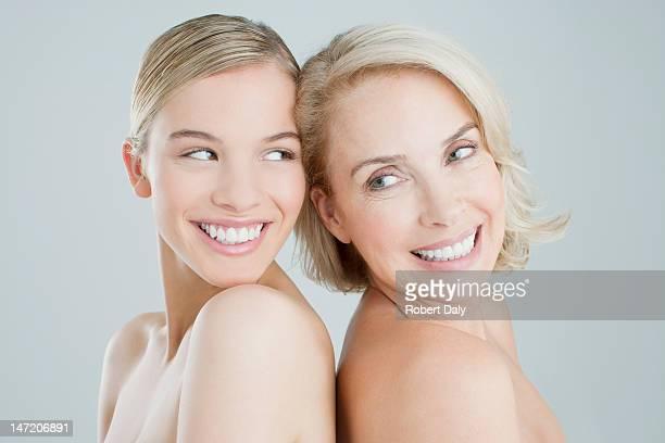 Sourire, mère et fille dos à dos