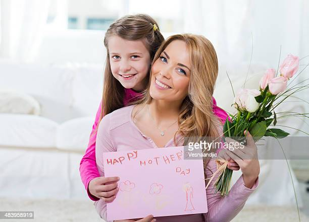 Souriante Mère et sa fille pour la fête des Mères