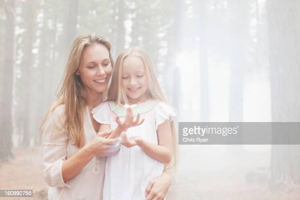 Sorridente Madre e figlia nella soleggiata woods