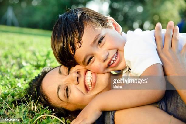 Lächelnd Mutter und Jungen Sohn umarmen im Freien