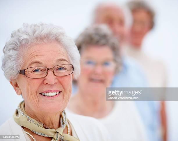 Lächeln alte Menschen stehen in einer Linie