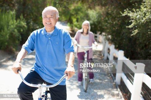 Lächelnd Älteres Paar Reiten Fahrräder