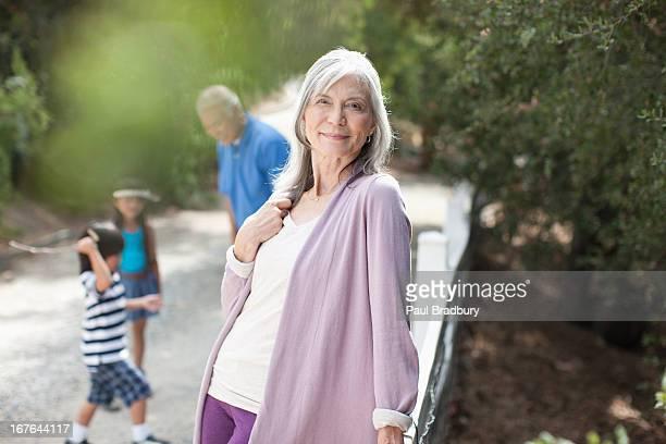 Lächelnd Ältere Frau im Freien